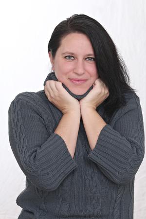 Femme heureuse porter des vêtements d'hiver et posant devant un fond blanc Banque d'images - 52520135