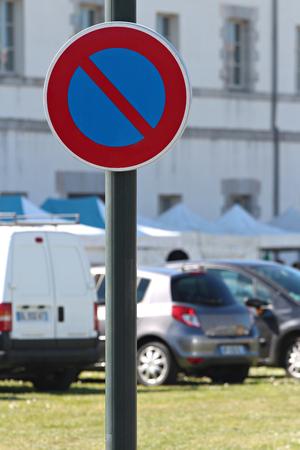 Interdiction signe de stationnement dans les voitures de la ville et de stationnement Banque d'images - 57206825