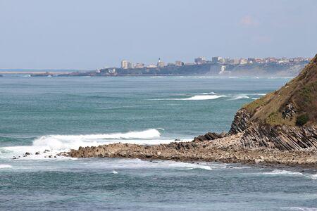 Formation géologique de la roche dans l'océan sur la côte basque à Biarritz Banque d'images - 57206833