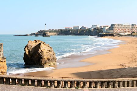 Grande plage et du centre de vue Biarritz du phare dans la distance Banque d'images - 57206852