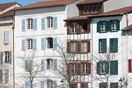 Façade du bâtiment typique avec volets couleurs basques à Bayonne Banque d'images - 57206934