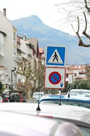 Signe de stationnement payant en ville et voitures garées Banque d'images - 57206958