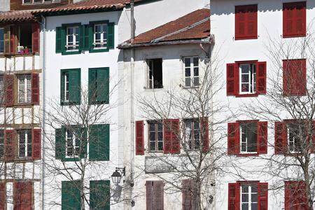 Façade typique du bâtiment avec volets couleurs basques à Bayonne Banque d'images - 57207175