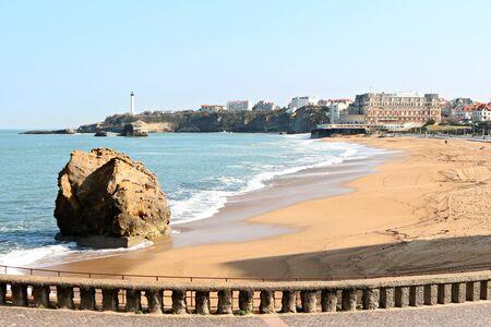 Grande plage et du centre de vue Biarritz du phare dans la distance Banque d'images - 57207231