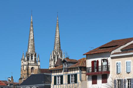 Bâtiments au-dessus du centre-ville de Bayonne se dresse la cathédrale de Bayonne Banque d'images - 57207233