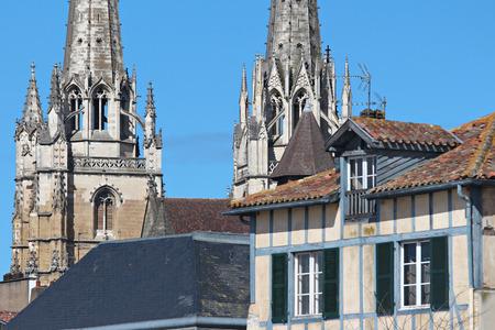 Flèches de la cathédrale de Bayonne Banque d'images - 57207284