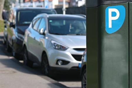 Panneau de stationnement bleu devant la cathédrale de Bayonne Banque d'images - 57207285