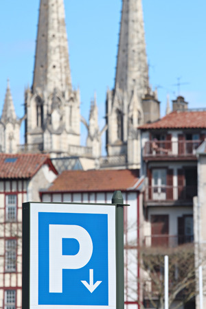 Signe de stationnement bleu en face de la cathédrale de Bayonne Banque d'images - 57207310