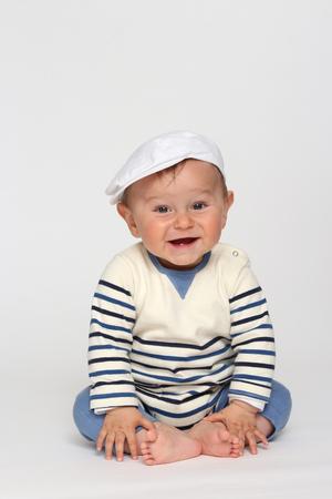 Bébé rire avec son bonnet sur la tête Banque d'images - 87926495