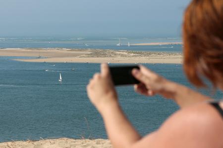 woman taking a landscape picture Banque d'images - 87943797