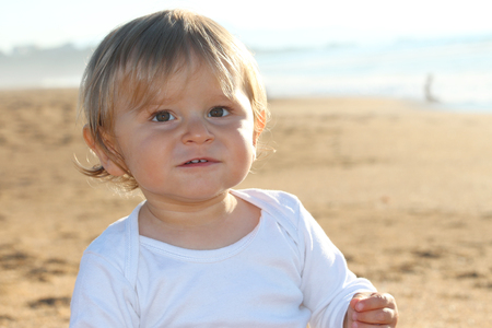 Happy blond baby playing at the beach Banque d'images - 87927182