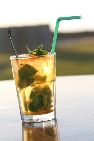 Close-up of a mojito cocktail in a transparent glass Banque d'images - 87927215