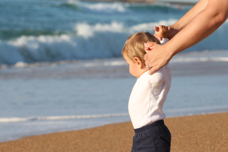 Happy blond baby playing at the beach Banque d'images - 87927095