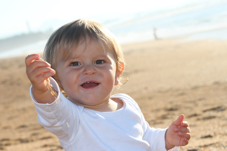 Happy blond baby playing at the beach Banque d'images - 87927308