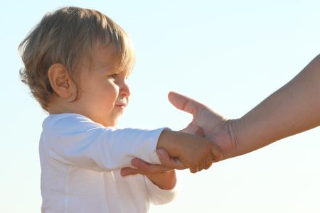 Heureux bébé blond jouant à la plage Banque d'images - 87927231