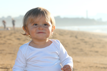 Happy blond baby playing at the beach Banque d'images - 87927133