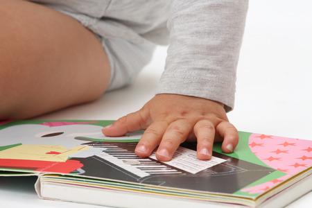 Gros plan de la main d'un bébé sur son livre de musique Banque d'images - 88202329