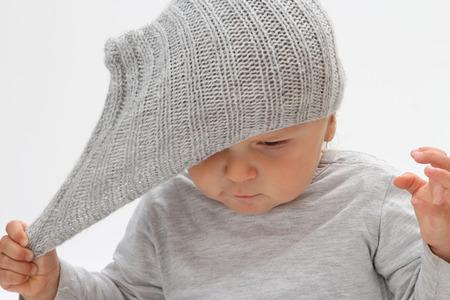 Enfant qui ne veut pas un chapeau sur un chapeau sur sa tête Banque d'images - 88023906