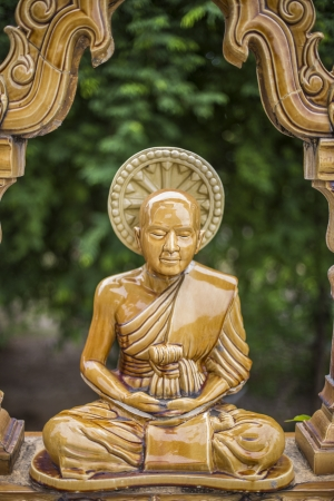trone: Buddha statue