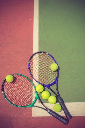 raqueta de tenis: raqueta de tenis y bolas en el color de la pista de tenis de la vendimia