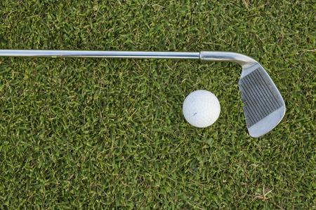 Golf Ball and Golf Club on grass Standard-Bild