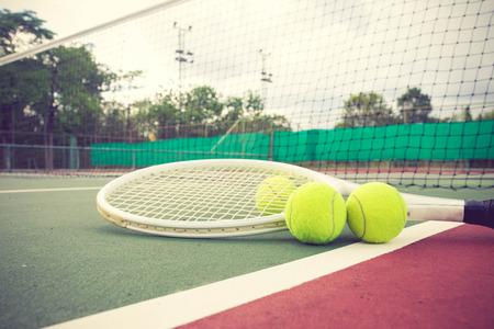 TENIS: raqueta de tenis y bolas en el color de la pista de tenis de la vendimia