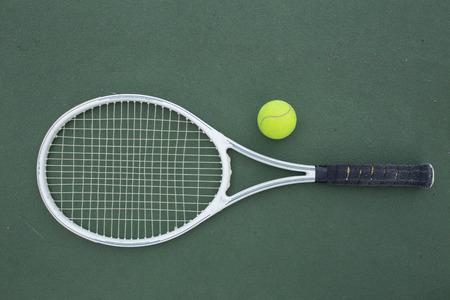raqueta de tenis: raqueta de tenis y bolas en la cancha de tenis