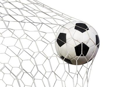 metas: balón de fútbol en la red en un fondo blanco Foto de archivo