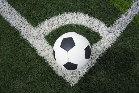 pelota de futbol: bal�n de f�tbol o de f�tbol en campo de f�tbol Foto de archivo