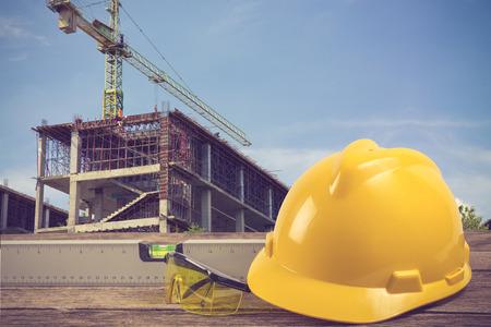 edificio industrial: Ingeniero que trabaja plan de mesa en la construcción de obra de construcción de color de la vendimia