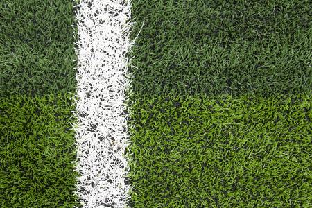 prato sintetico: Foto di un campo sportivo in erba sintetica verde con la linea bianca colpo