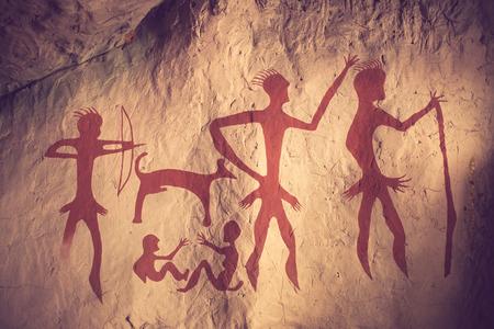 hombre prehistorico: Reproducción de una pintura rupestre prehistórico que muestra el color de la vendimia Foto de archivo