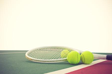 TENIS: raqueta de tenis y bolas en el fondo de color blanco de la vendimia Foto de archivo