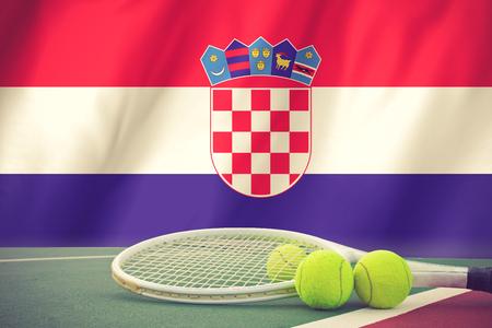 bandera croacia: Pelota de tenis en la red en Croacia color de la bandera background.vintage