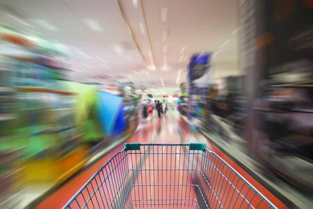 supermercado: el desenfoque de movimiento de un supermercado de la compra en el supermercado