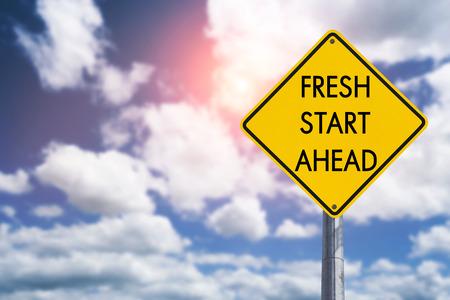 Nieuwe start vooruit verkeersbord concept voor zakelijke kansen, toekomst en nieuwe carrière