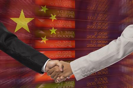 buen trato: hombres de negocios apretón de manos después de mucho frente a la bandera de china