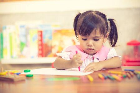Vorschulkind Mädchen zeichnen und ausmalen