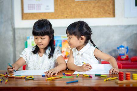 Vorschulkind Mädchen zeichnen und ausmalen Standard-Bild