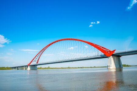 ノボシビルスク、シベリア、ロシアの Bugrinsky の近代的な橋