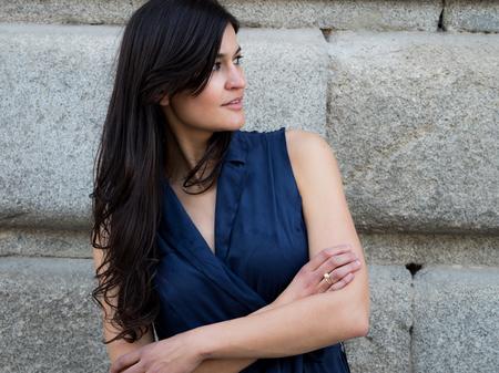 Joli et élégant sombre cheveux femme vêtue d'une robe bleu marine