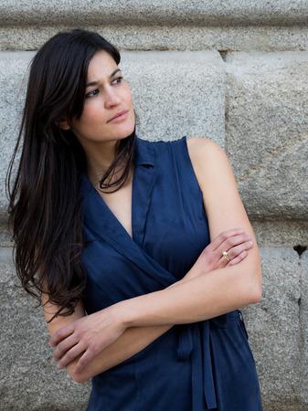 donna capelli scuri bella e alla moda che porta un abito blu navy