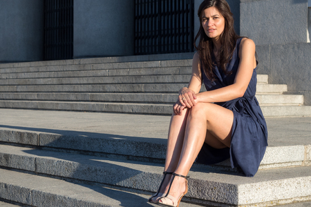 belles jambes: Belle et élégante femme avec de très belles jambes assis seul