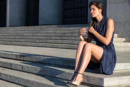 belles jambes: Belle femme avec de très belles jambes arrachant les cheveux tout seul Banque d'images