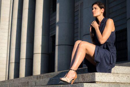 belles jambes: Belle femme avec de très belles jambes arrachant les cheveux tout seul dans une mélancolie