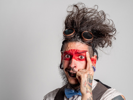 pantomima: Retrato de un actor de teatro riendo con un maquillaje de mimo y una perforación en su nariz. Concepto de persona diferente