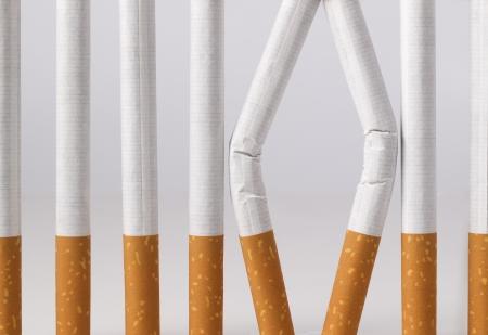 Algunos cigarrillos imitando a una prisión con barrotes Usted puede dejar de fumar Foto de archivo