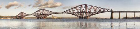 photoshop: Panoramisch uitzicht op Forth Rail Bridge, Edinburgh, Schotland. Het beeld is opgebouwd uit meerdere verticale foto's met elkaar verbonden door photoshop
