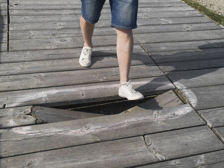 pierna rota: Peligro para pisar a causa de una tabla rota