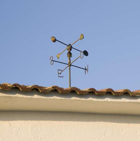 puntos cardinales: veleta en el techo con un fondo de cielo azul